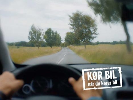 Kør bil, når du skal køre bil, ikke sms og snakke i mobiltelefon