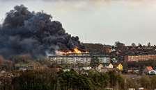 Voldsom brand i en bolig-ejendom i Hobro, se direkte fra brandstedet