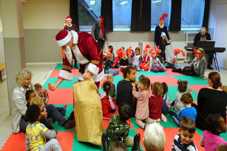 Nært naboskab med julesang og julemand.