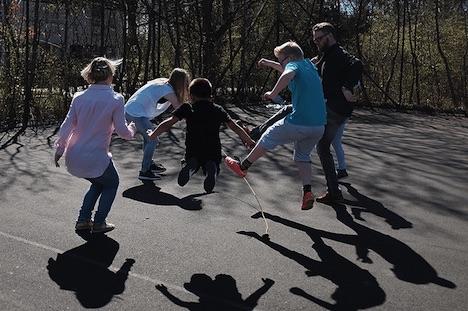 De voksne skal lege med, når børn leger i daginstitutionen