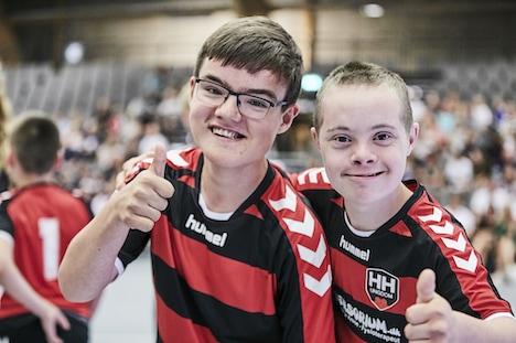 Giver gratis synstest og donerer til lykkelige håndboldbørn