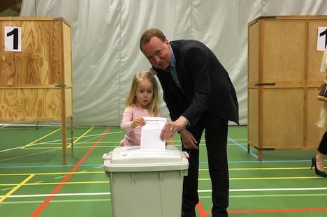 Michael Aastrup stemmer med familien i Assentoft
