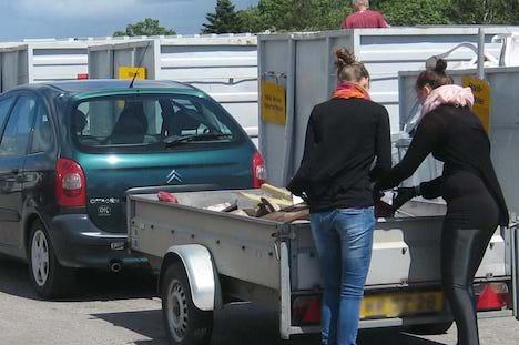 I Østjylland holder genbrugspladsen længe åbent