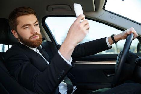 Hver tiende har taget selfie bag rattet