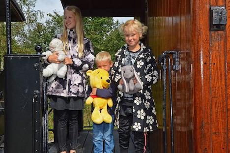 150 plysbjørne holdt fætter- og kusinefest hos veteranbanen