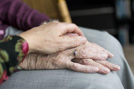 Antallet af ufaglærte i ældreplejen stiger dramatisk